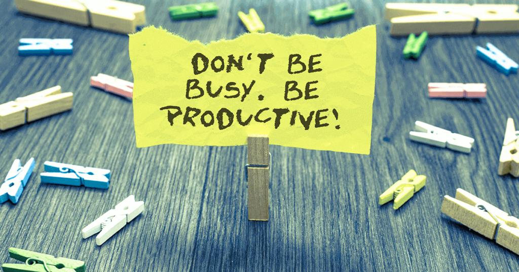 Post-it con mensaje escrito don´t be busy, be productive