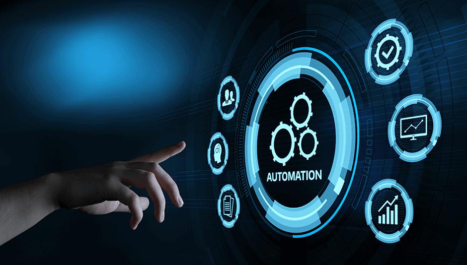 Mano señalando un holograma de tecnología en automatización
