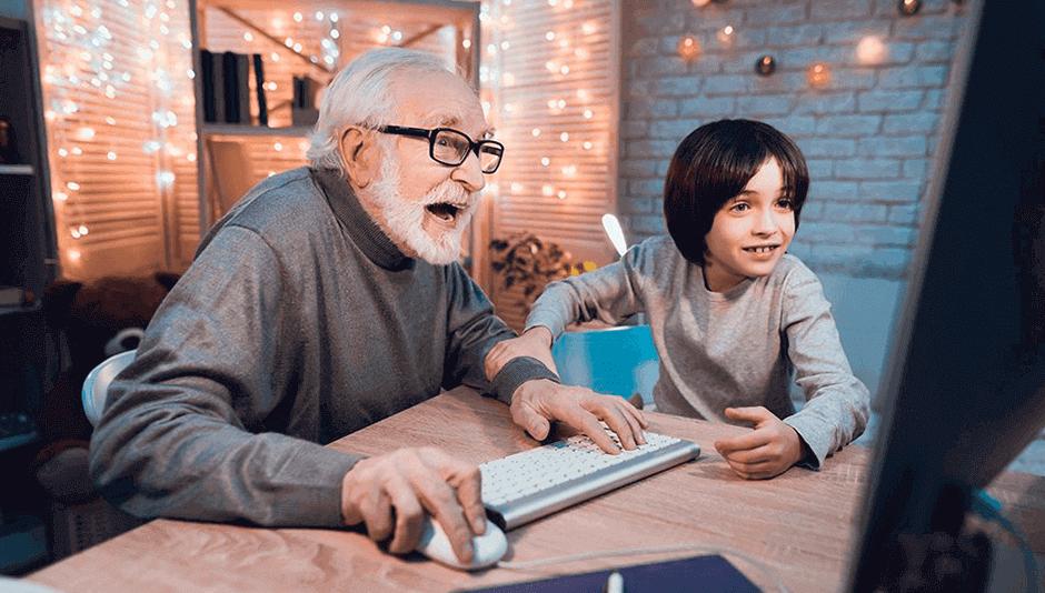 abuelo y nieto en computadora